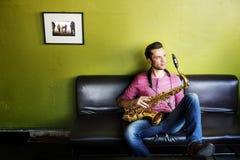 音乐家萨克斯管爵士乐艺术家激情概念 图库摄影