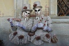 音乐家被打扮的被掩没的妇女 免版税库存照片
