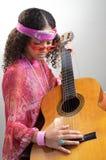 音乐家调整的吉他 免版税图库摄影