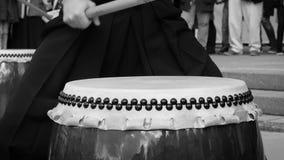 音乐家鼓手演奏taiko鼓储daiko户外 亚洲韩国,日本,中国的文化民间音乐 在黑和 股票录像