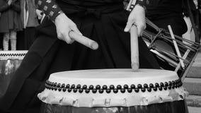 音乐家鼓手演奏taiko鼓储daiko户外 亚洲韩国,日本,中国的文化民间音乐 在黑和 股票视频