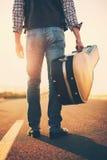 音乐家去与吉他 免版税库存照片