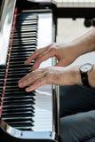 音乐弹大平台钢琴的执行者手 免版税图库摄影
