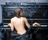 音乐执行的钢琴妇女 库存照片