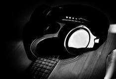 音乐招待耳机和吉他 免版税图库摄影