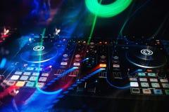 音乐控制台和DJ搅拌器在夜总会与五颜六色的作用 免版税库存图片