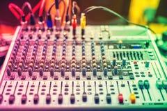 音乐搅拌器五颜六色的在设备的细节,按钮在录音演播室或夜总会 免版税库存照片