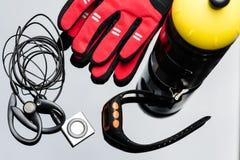 音乐播放器、体育手表、瓶和手手套 库存图片