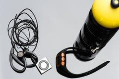 音乐播放器、体育手表和瓶 免版税图库摄影