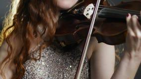 音乐晚上,使用在无意识而不停地拨弄弓的少妇 股票视频