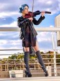 音乐有女孩小提琴手的街道执行者 免版税库存照片