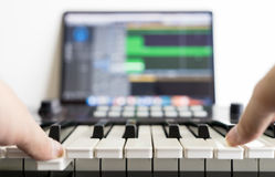 音乐歌曲编排者在他的演播室工作 免版税库存照片