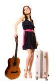 音乐爱好者、夏天女孩有吉他的和手提箱 免版税库存照片