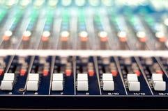 音乐特写镜头控制演播室搅拌器按钮  免版税库存图片
