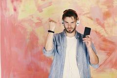 音乐生活方式 有智能手机的蓝眼睛的时髦的行家 库存图片