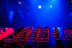 音乐的搅拌器在一个夜总会有DJ党的被弄脏的背景 免版税库存图片