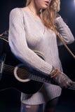 音乐称呼概念和想法 摆在与吉他的年轻白种人女性音乐播放器反对黑色 库存照片