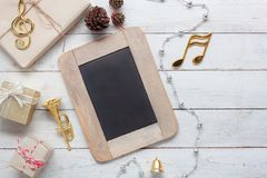 音乐笔记&装饰圣诞快乐&新年好的台式视图空中图象 免版税图库摄影