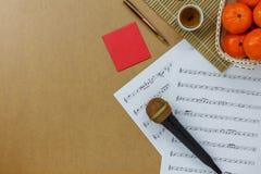 音乐纸张笔记和辅助部件春节&阴历节日概念台式视图  免版税库存照片