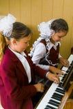音乐课在一所农村学校在卡卢加州地区在俄罗斯 免版税图库摄影