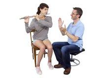 音乐辅导员教学如何演奏长笛 免版税库存照片