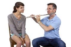 音乐辅导员教学如何演奏长笛 库存图片