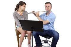 音乐辅导员教学如何演奏长笛 免版税图库摄影