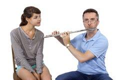 音乐辅导员教学如何演奏长笛 库存照片