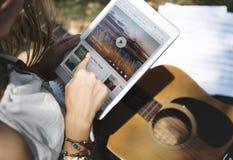 音乐通入蒸汽的多媒体听的数字式片剂技术Co 免版税图库摄影
