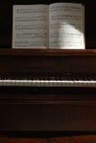 音乐钢琴sidelit 库存图片