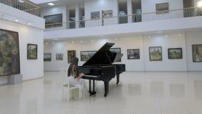 音乐钢琴演奏家在音乐厅的中心的弹古典大平台钢琴 steadycam射击 影视素材