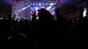 音乐音乐会的人群人 在明亮的五颜六色的阶段光前面的欢呼的人群 生活方式剪影  影视素材