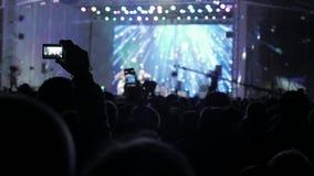音乐音乐会的人群人 在明亮的五颜六色的阶段光前面的欢呼的生活方式人群 剪影  股票视频