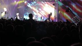 音乐音乐会的人群人 在明亮的五颜六色的阶段前面生活方式的欢呼的人群点燃 剪影  影视素材