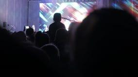 音乐音乐会的人群人 在明亮的生活方式五颜六色的阶段前面的欢呼的人群点燃 剪影  股票视频