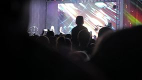 音乐音乐会的人群人 在生活方式明亮的五颜六色的阶段前面的欢呼的人群点燃 剪影  股票录像
