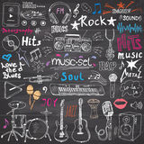 音乐项目被设置的乱画象 与笔记、仪器、话筒、吉他、耳机、鼓、音乐播放器和mu的手拉的剪影 免版税库存照片