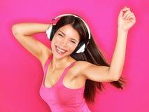 音乐-妇女佩带的耳机跳舞 免版税库存图片
