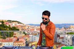 音乐DJ,声测设备,都市风景背景 免版税图库摄影
