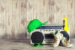 音乐Hip Hop样式的概念 有耳机、时兴的盖帽、运动鞋和太阳镜的葡萄酒音频球员 免版税库存图片