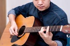 音响吉他弹奏者 库存照片