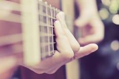 音响详细资料吉他吉他弹奏者递instrumant音乐执行者使用 库存照片