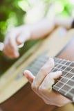 音响详细资料吉他吉他弹奏者递instrumant音乐执行者使用 免版税库存图片