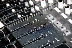 音量控制器和按钮在一个混合的委员会 免版税图库摄影
