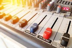 音量控制音频调整工具-混合音乐的设备 免版税库存图片