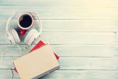 音频书概念 耳机、咖啡和书 库存图片