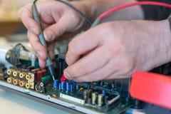 音频和视频器材修理  家庭影院的故障诊断 库存照片