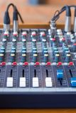 音频搅拌器在一个合理的演播室 库存图片