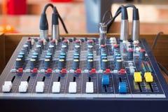 音频搅拌器在一个合理的演播室 库存照片
