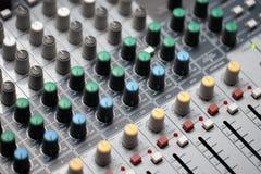 音频搅拌器的关闭在演播室 专业音乐设备 免版税库存图片